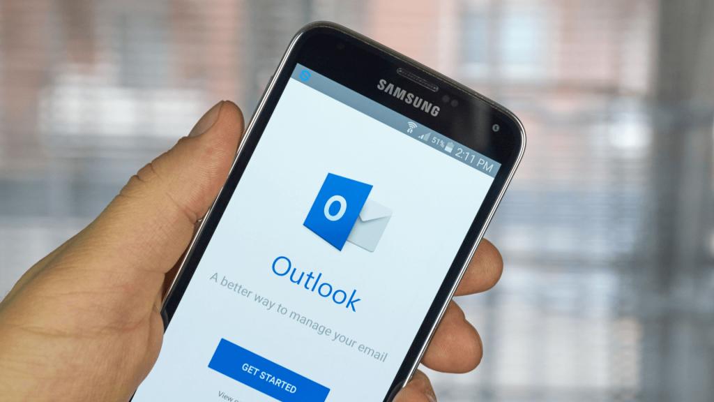 the Microsoft Outlook logo on a Samsung smartphone screen
